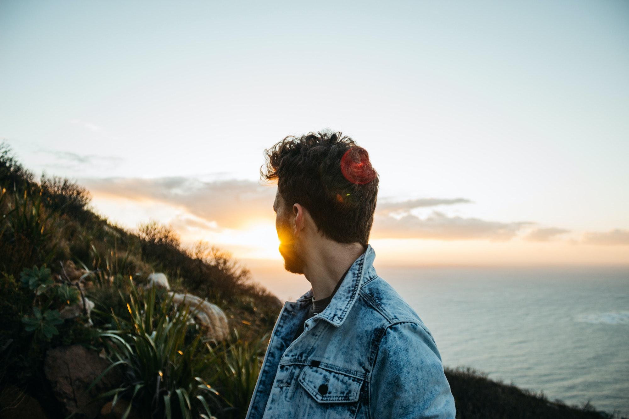 ragazzo di successo si lascia ispirare dal tramonto
