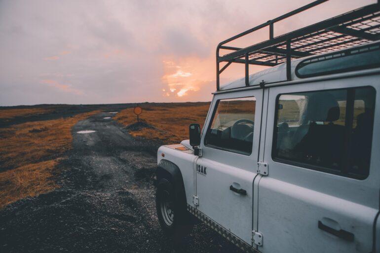jeep che esplora una landa selvaggia